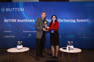 Ms. Lijun Li (co-founder of BUTTON) gave the Global Influencer award to Mr. Robert Tjian (Member of National Academy of Sciences of US, Former President of Howard Hughes Medical Institute, Professor of University of California Berkeley).